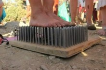 Как люди могут ходить по гвоздям или ложиться на доску с гвоздями?
